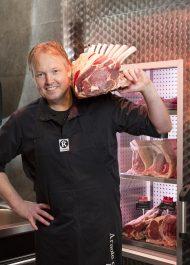 Arnold Daals voor zijn rijpingscel in de slagerij